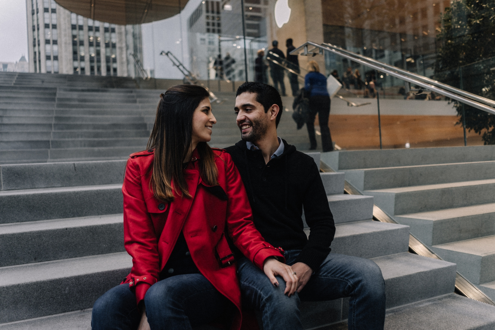 couple at apple store apple store | Chicago vacation photography | lisa kathan photography