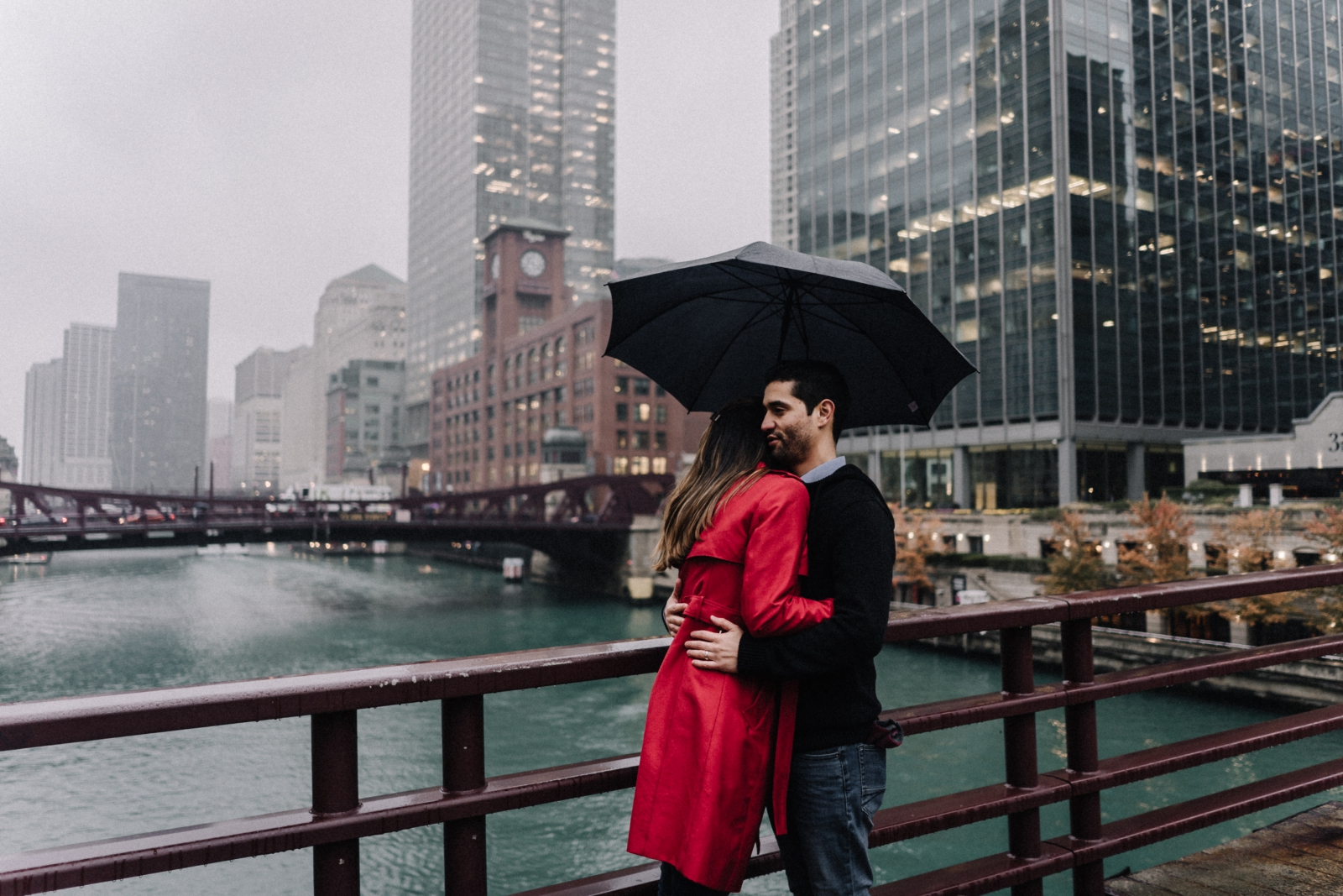 hugging on LaSalle | Chicago vacation photography | lisa kathan photography