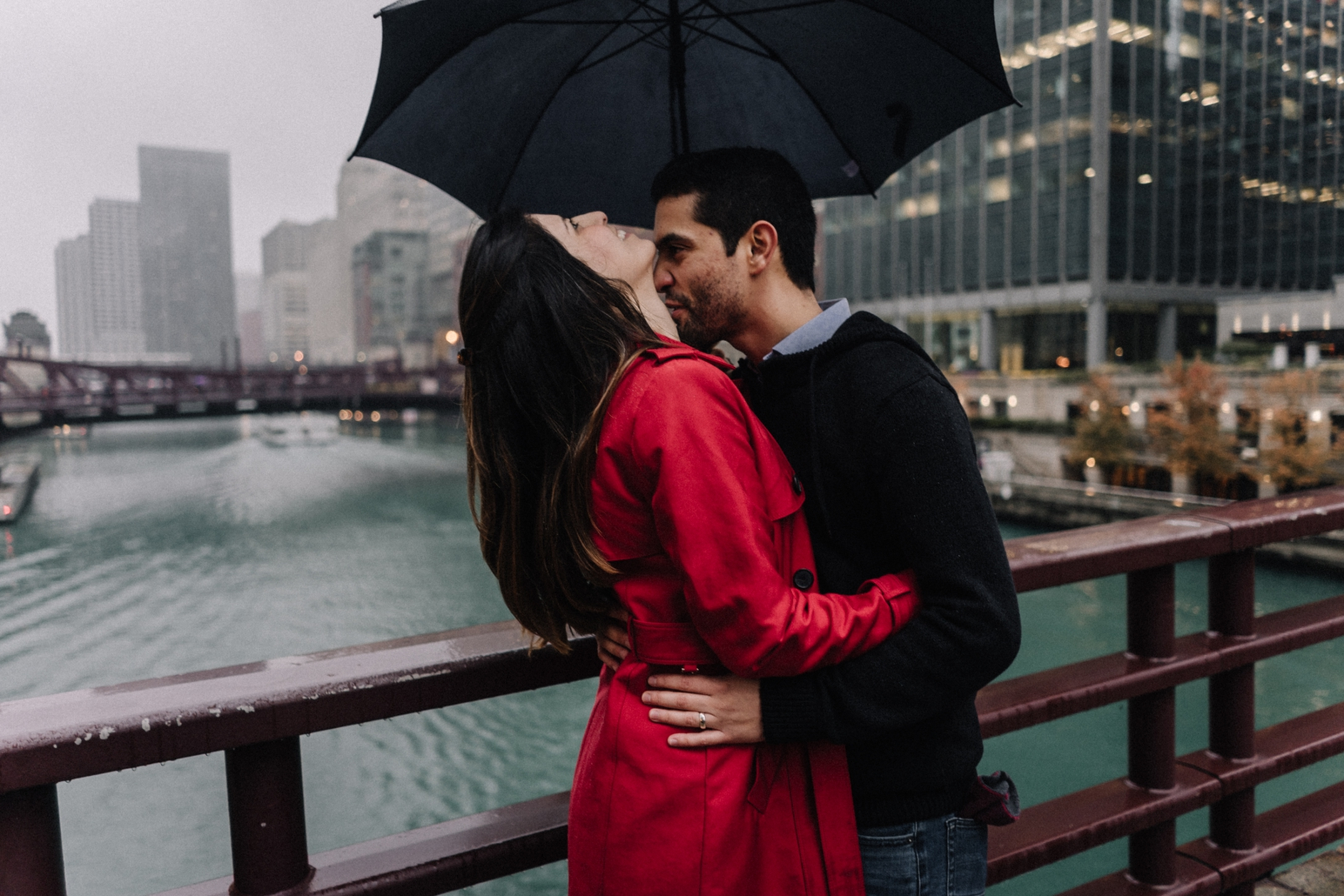 rainy day lovers | Chicago vacation photography | lisa kathan photography