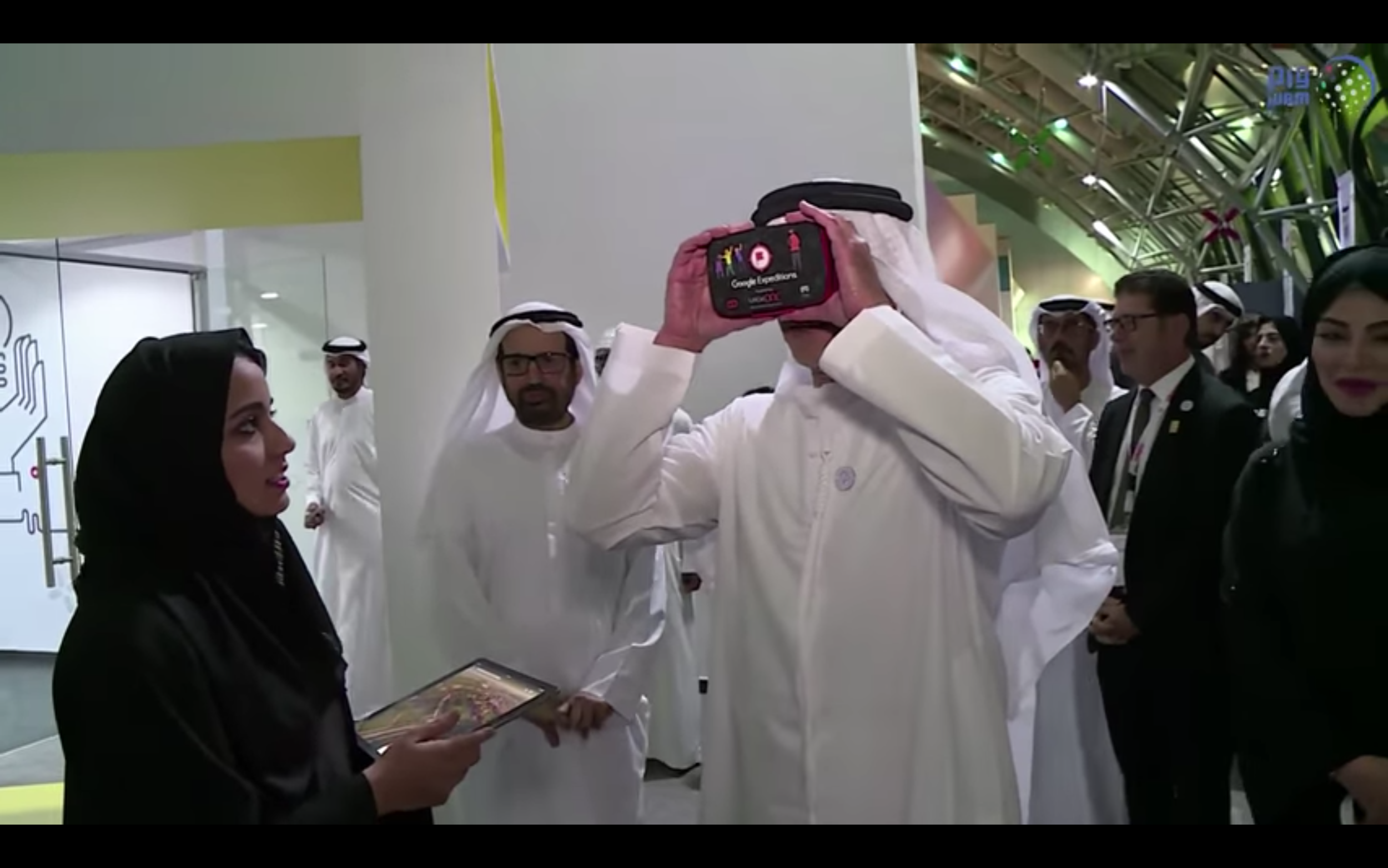 Sheikh Saif bin Zayed, Deputy Prime Minister and Minister of Interior, experiencing Google Expeditions at Google Innovation Hub Inauguration at UAE University (photo courtesy: WAM - Emirates News Agency)
