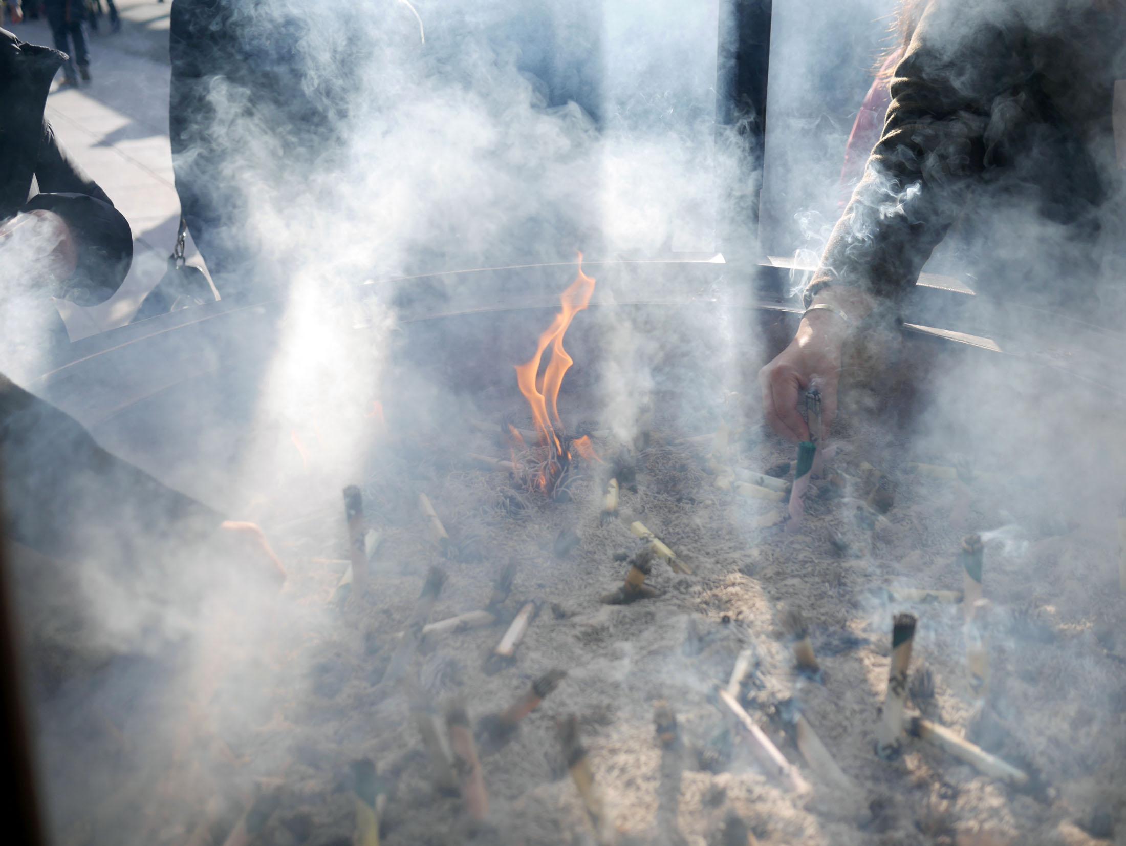 Assim que o incenso começa a queimar você puxa a fumaça toda para a sua direção... nada disso antes de lavar as mãos e a boca.