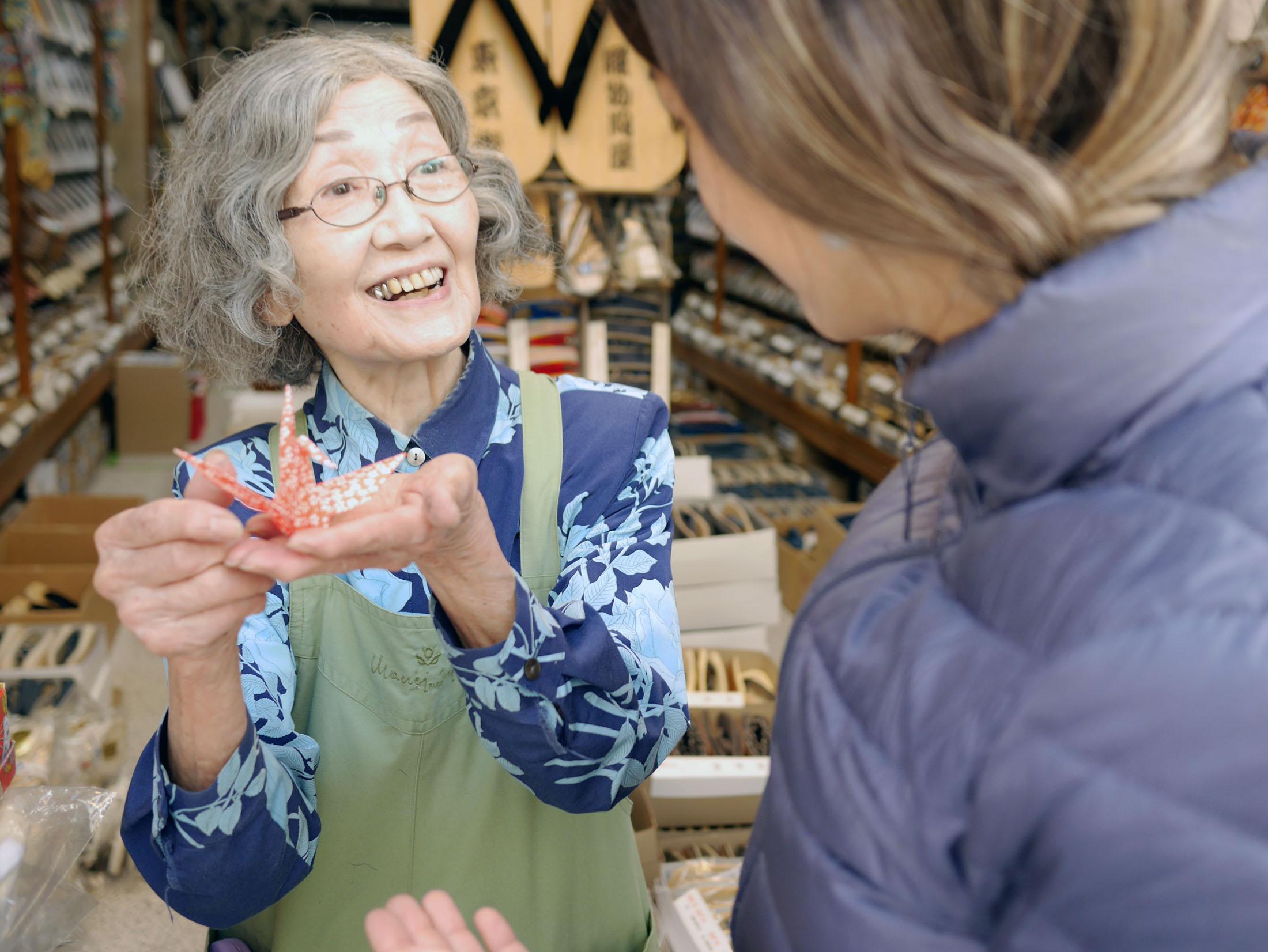 Em Asakusa, fascinada para ver os chinelinhos de madeira , entrei numa loja de venda de atacado lotada de chinelos de madeira. Eu não ia comprar nada mesmo, mas imaginei que pudesse ver de mais perto... a senhorinha então se aproximou e falou umas 2 sentenças em japonês e então mimicou para irmos embora... ganhamos estes origamis dela. A nossa host hoje nos contou que os velhinhos adoram gente mais jovem de qualquer maneira. Um super toque de gentileza a dois desconhecido, amamos.