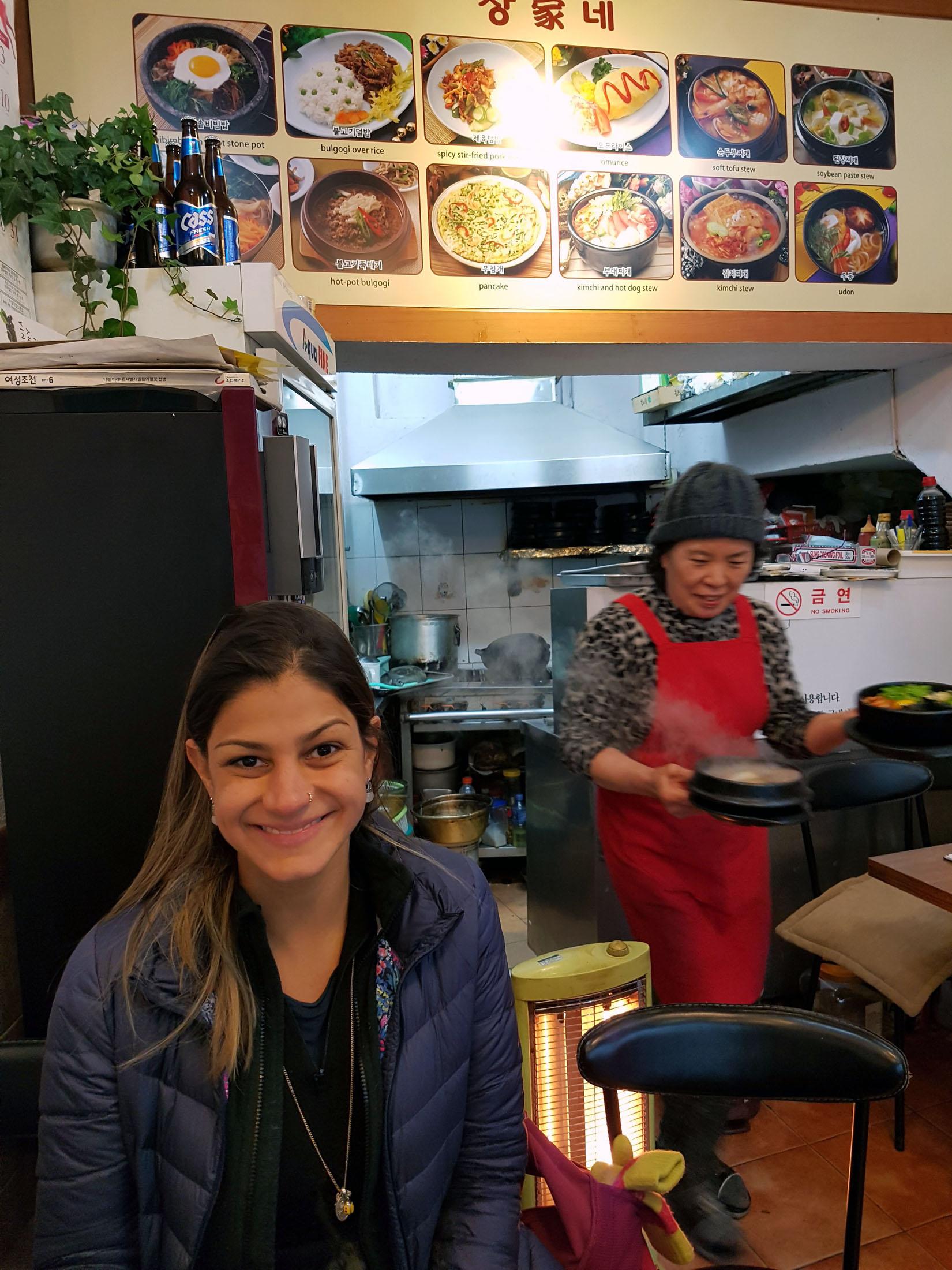 Nesse restaurante, comemos a melhor comida de Seul! Aqui a dona do restaurante é também a garçonete e a cozinheira. Esse fica na  Sajiki-ro , quase em frente do Gwanghwamun Palace.