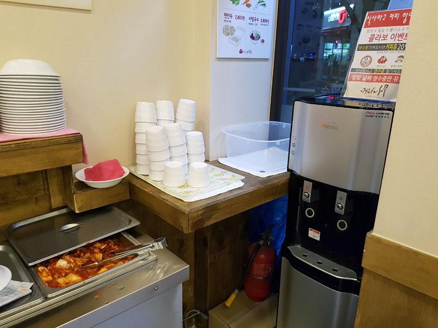 Nesse restaurante, água e kimchi são a vontade!