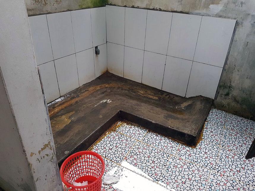 O banheiro das mulheres numa parada entre Hanoi e Ha Giang. Confesso que foi difícil me concentrar de cócoras, com o bundão pra geral...