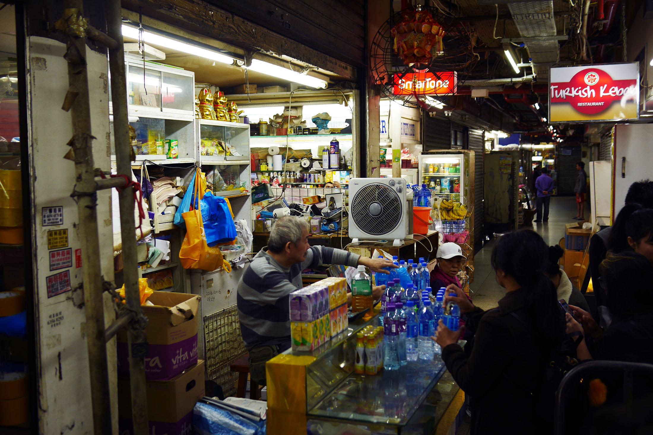 O tiozinho de uma das muitas vendinha do Chungking Mansion