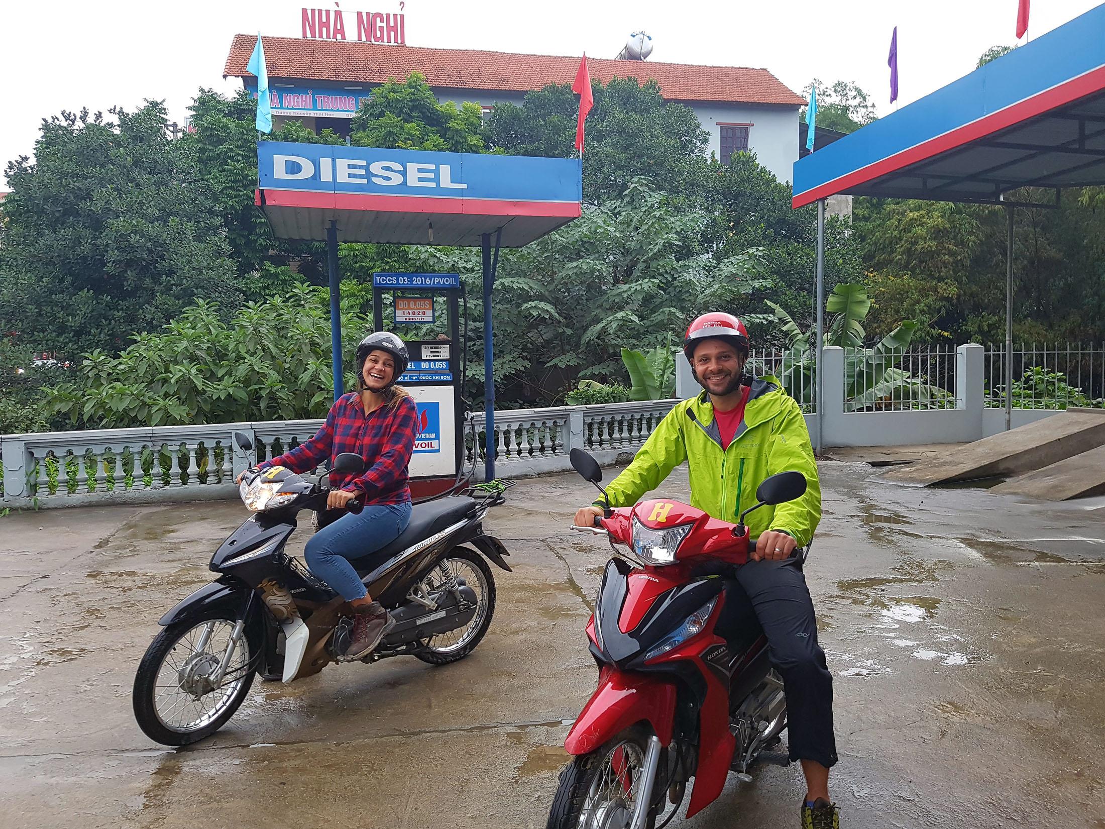 Fazendo um test-drive das motocas,abastecendo perto do hostel. Logo que saimos do posto de gasolina vimos o primeiro acidente da temporada;um carro passou por cima de uma moto...