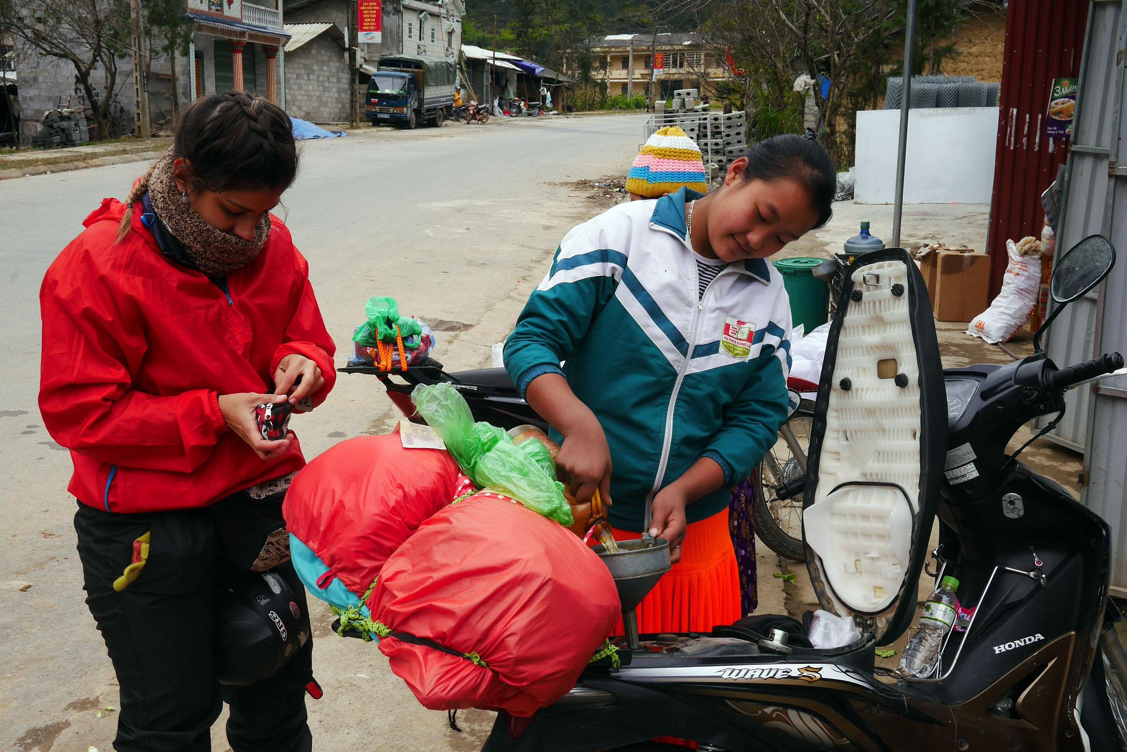 Pausa pra abastecer. Na falta de postos de combustível muitos locais vendem o precioso líquido na porta de suas casas.