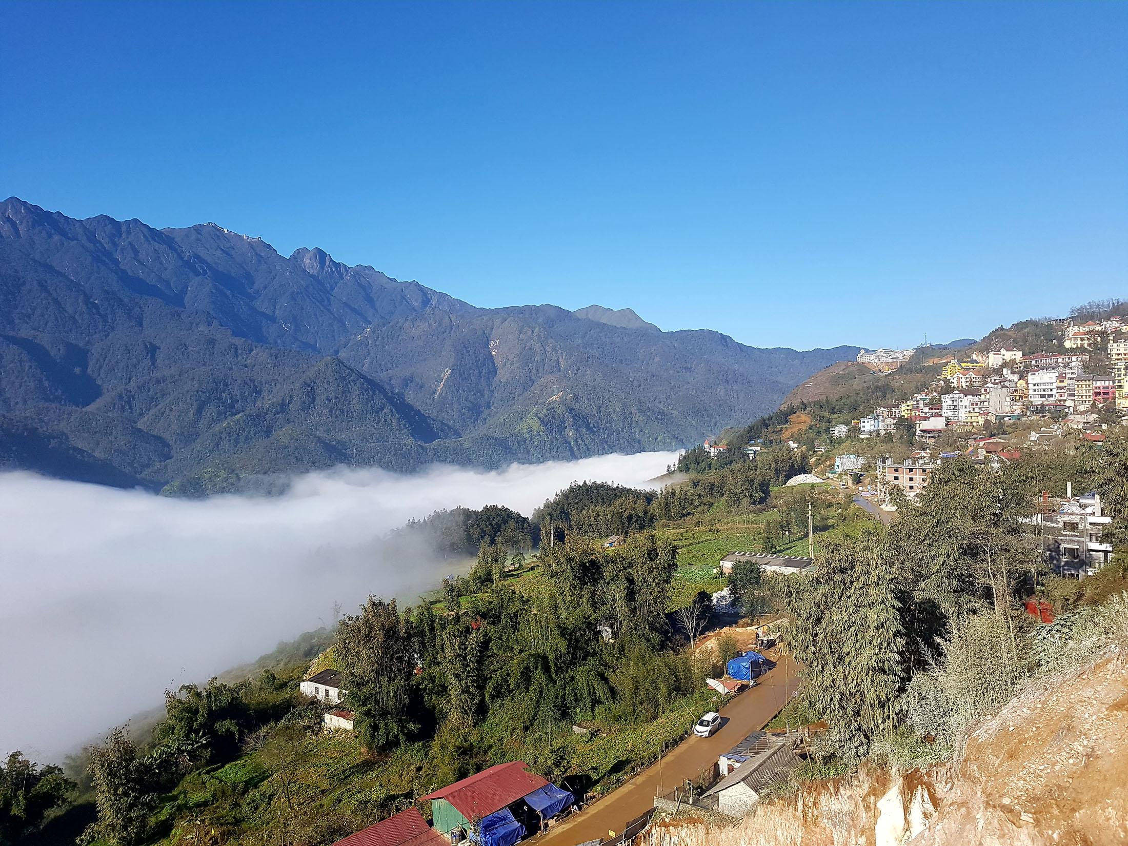 A localização de Sa Pa favorece a presença de persistentes fogs que tendem a encobrir a cidade ou curiosamente partes dela por dias à fio