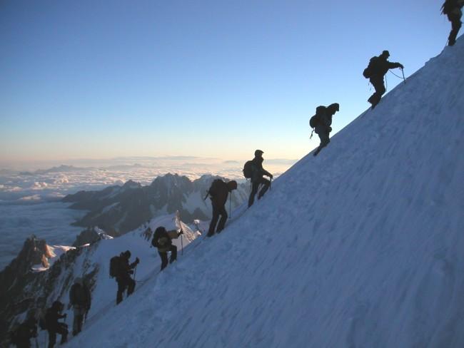 Alta temporada, fila na subida do Mont Blanc