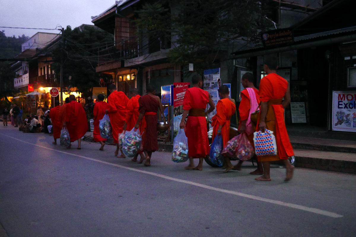 Monges e noviços retornam com as diversas oferendas recebidas