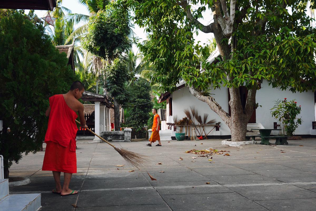 Noviços limpam o pátio de um dos templos. Os noviços moram, estudam e vivem dentro do templo.