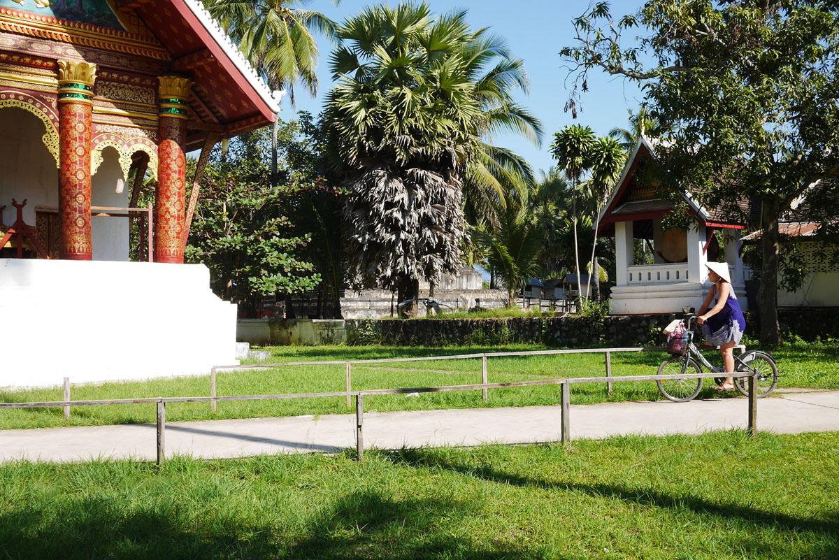 Uma bicicleta é a melhor forma de explorar os diversos templos de Luang Prabang