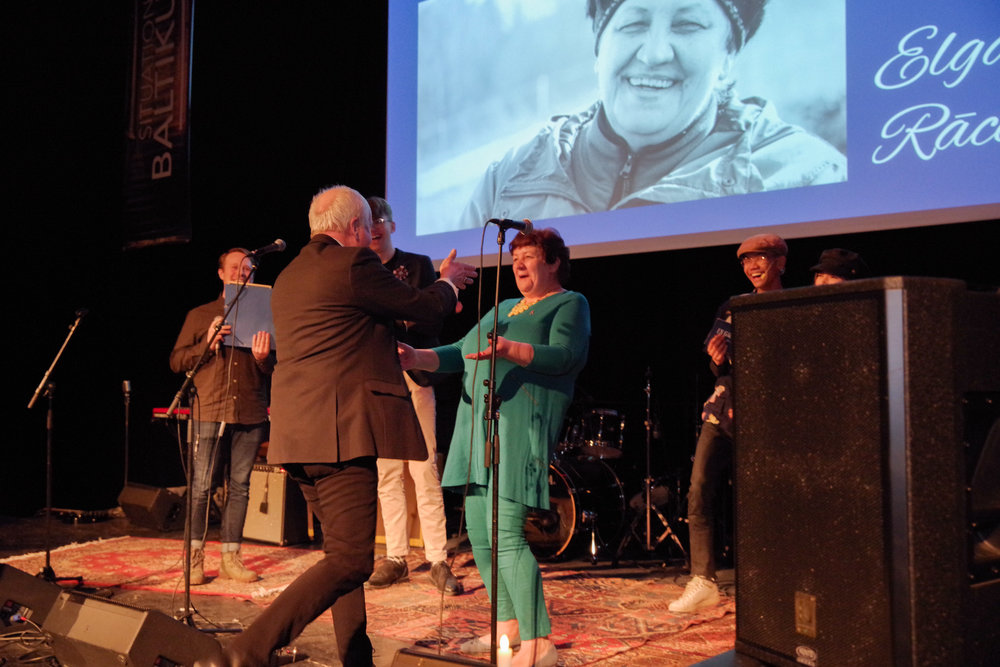 Galans stora överraskning blev när vår kontaktperson Elga Rācene blev uppbjuden på scen, som rest hela vägen från Lettland för att ta emot föreningens för första gången utdelade hederspris, Elgapriset.