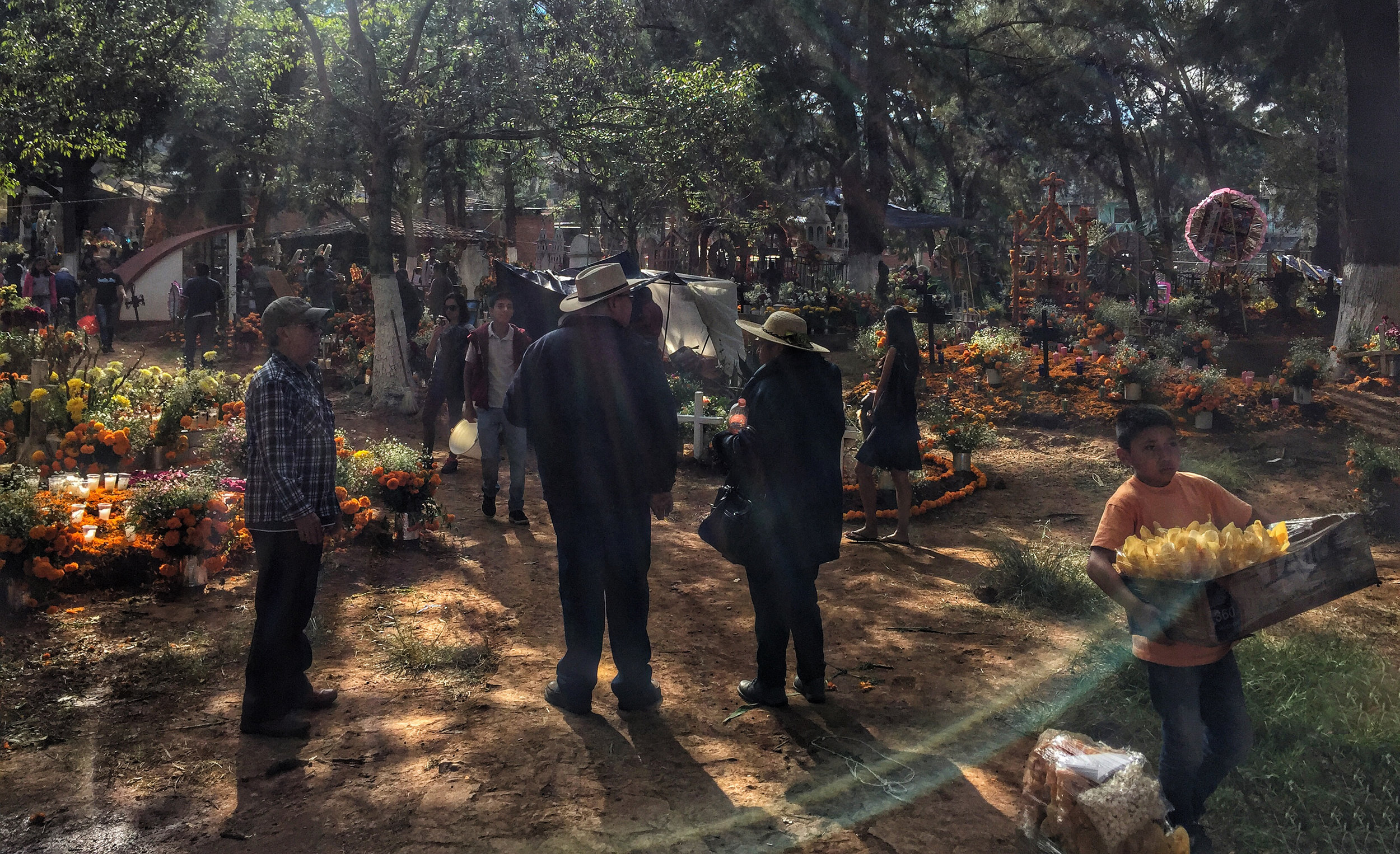 The busy Tsin Tsun Tsan cemetery the day before.