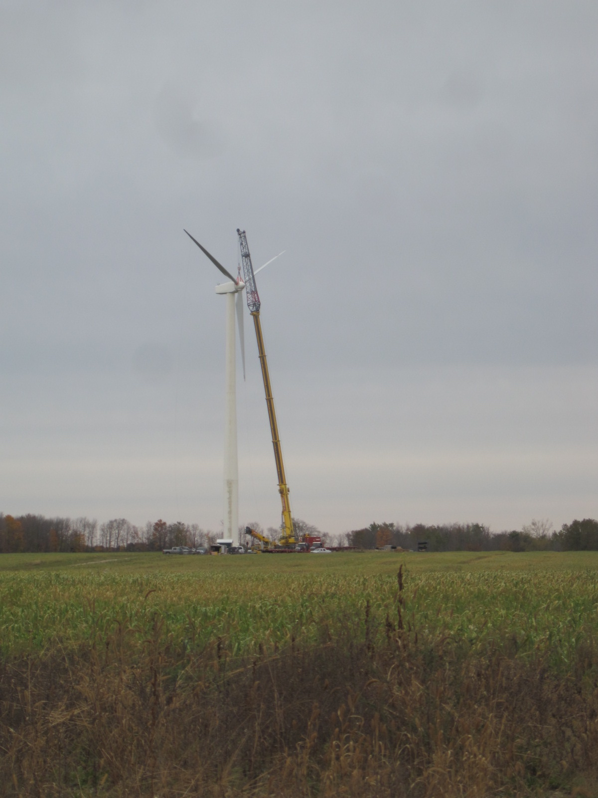 The Moorefield turbine hub and blades being installed, October 2016.