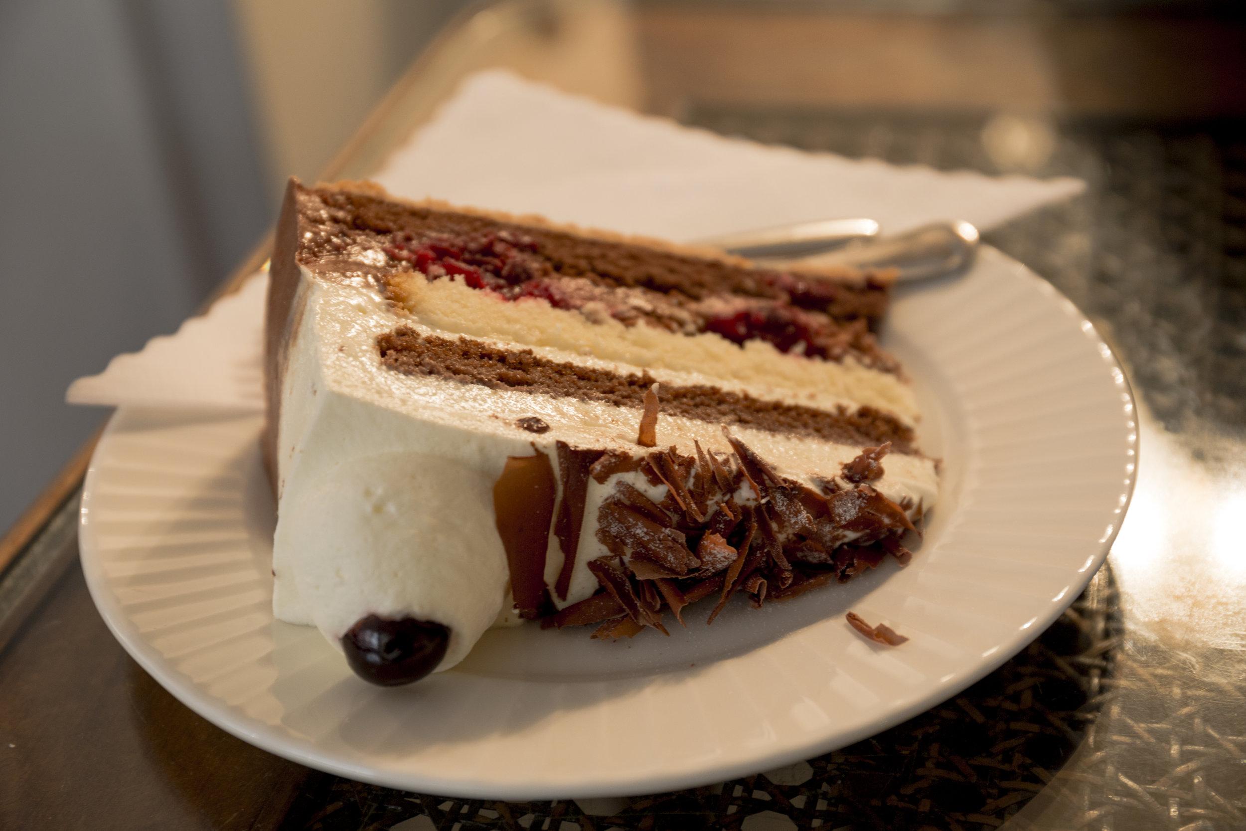 Cherry Gateaux, Café Köning