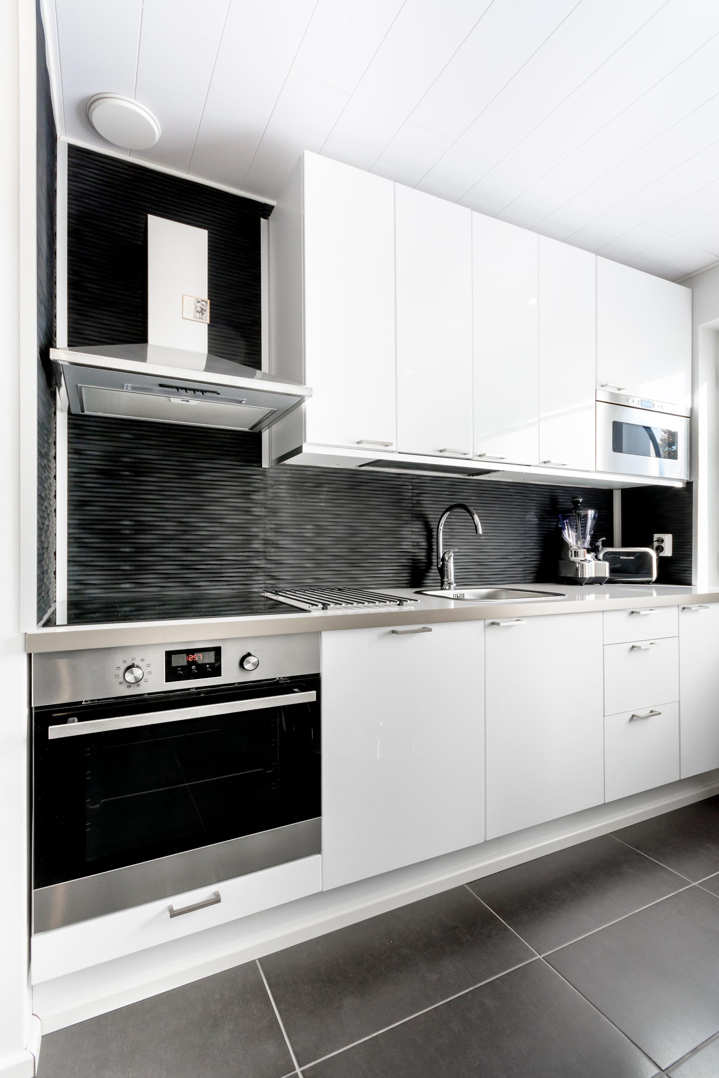 Aalto musta keittiö välitila sisustuslaatta wall+ wallplus.jpg