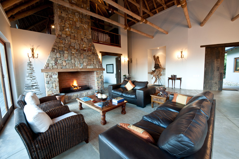Salon avec Cheminée Tamodi Lodge
