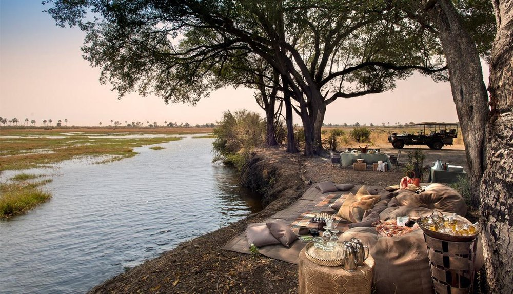 Table au bord de la rivière Sandibe Safari Lodge