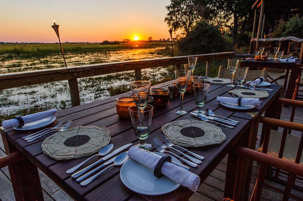 Table dressée sur terrasse sundowner Mombo Camp