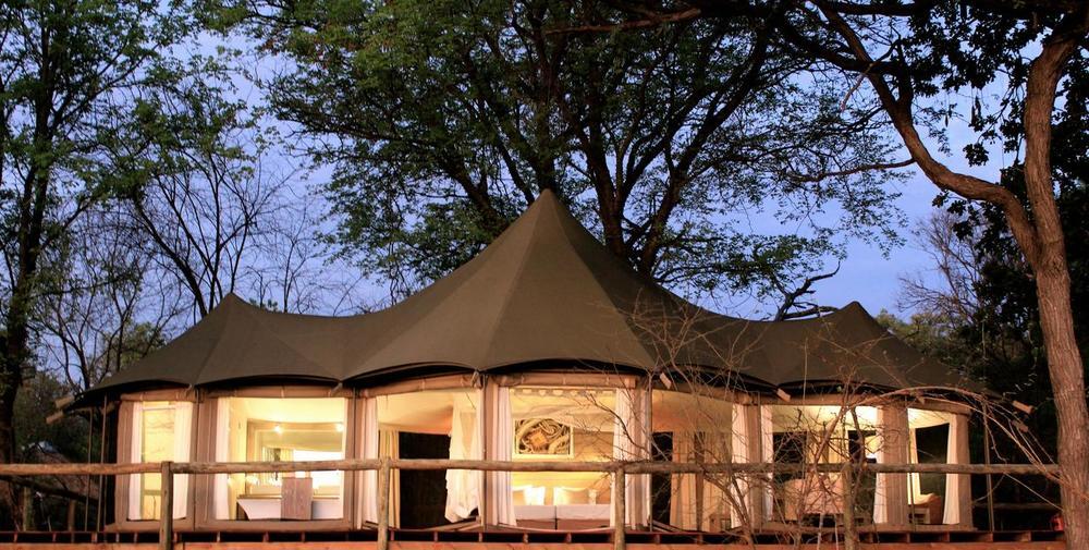 Vue de l'extérieure de nuit Nambwa Tented Lodge