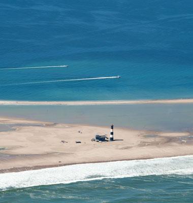 Vue Pelican Point Lodge de loin avec océan