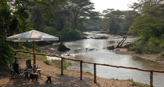 Terrasse au bord de la Rivière Ishasha Wilderness Camp