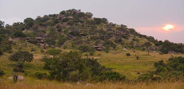 Vue extérieure du camp Nomad Lamai Serengeti