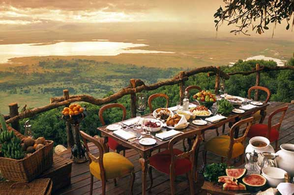 Terrasse avec table lunch Ngorongoro Crater Lodge