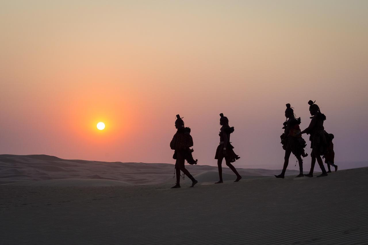Himbas dans les dunes au coucher de soleil Serra Cafema