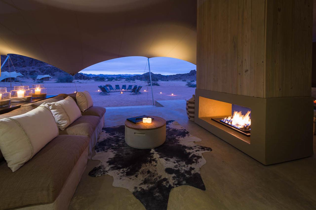 Salon avec cheminée Hoanib Skeleton Coast Camp