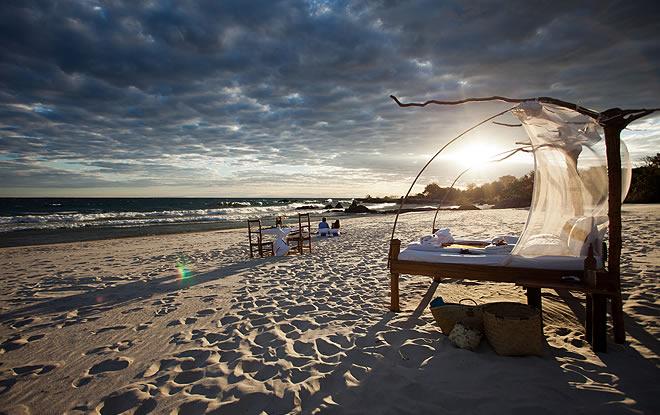Lit à baldaquins sur plage Manda Wilderness