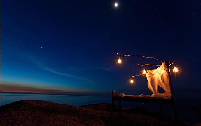 Lit à baldaquins aux chandelles sur plage Manda Wilderness