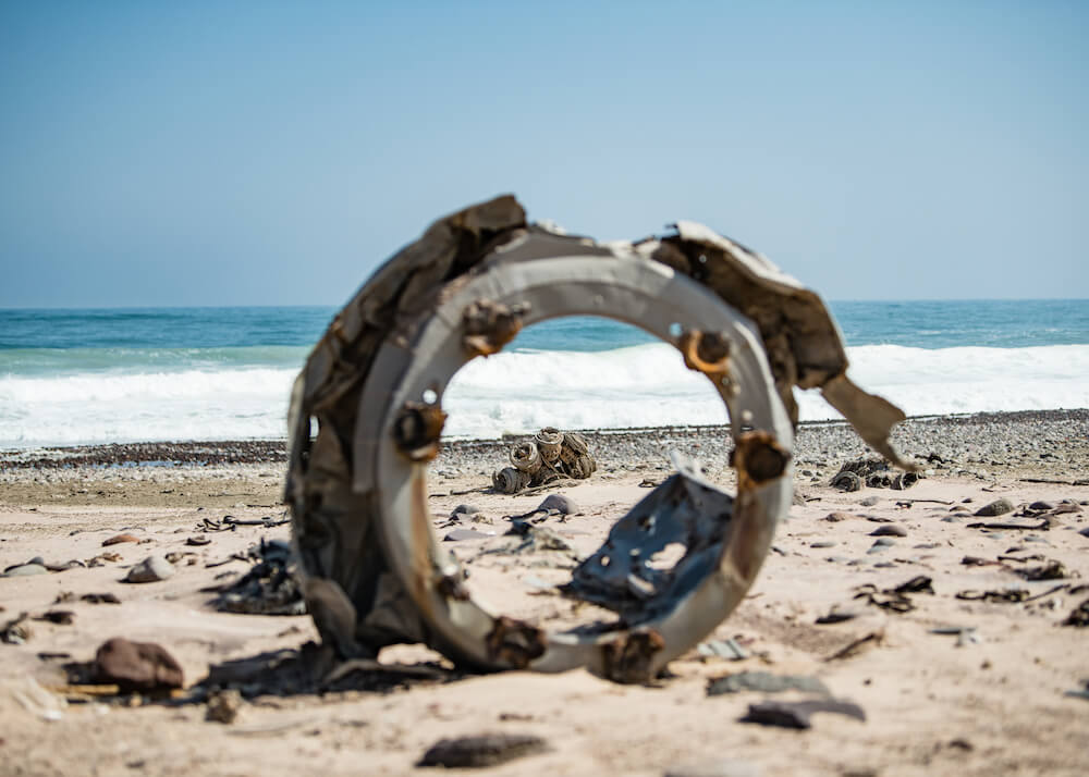 29Shipwreck-Lodge-Wrecks-along-the-shore.jpg