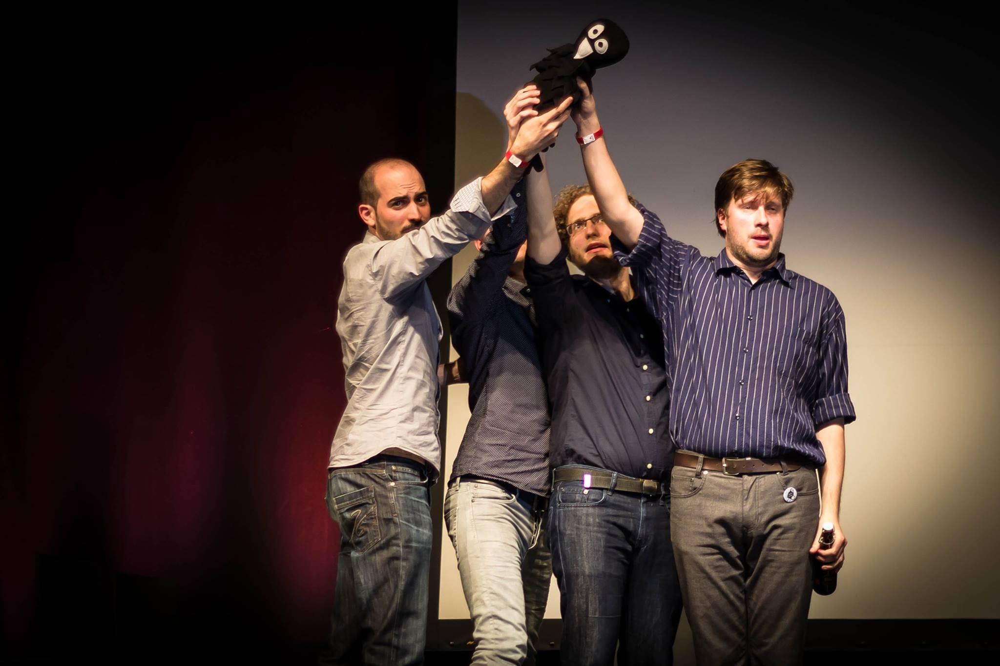 Im Sommer 2016 wurde mir und meinem Team am DingsDA-Improfestival in Darmstadt (D) der 'schräge Vogel' für die schrägste Szene des Abends überreicht.