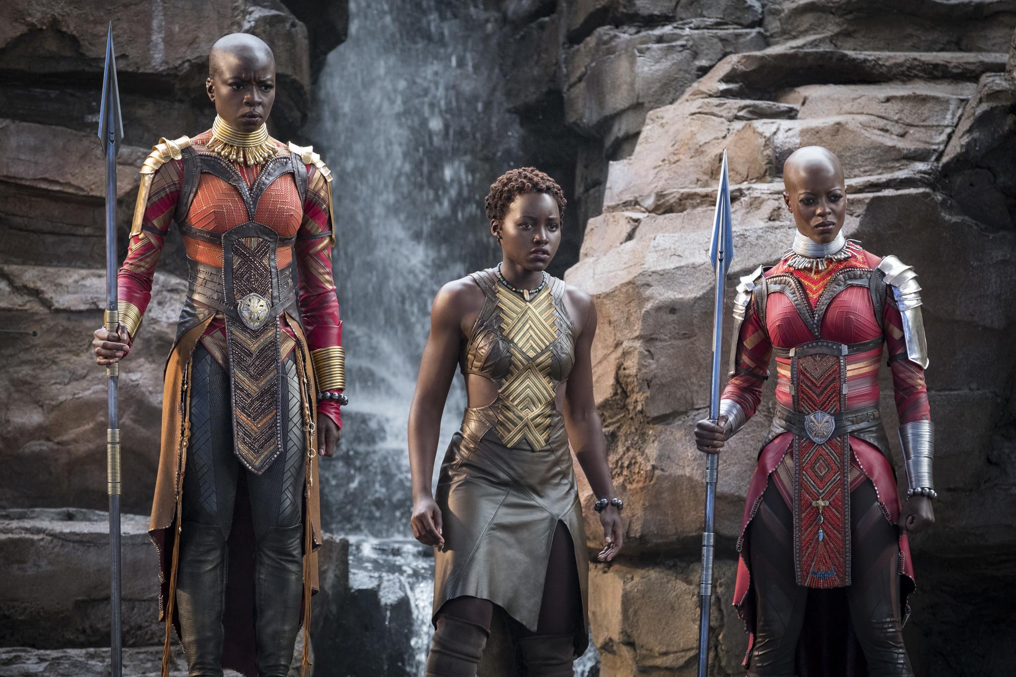 Lupita Nyong'o als Nakia en Danai Gurira als Okoye met de Dora Milaje © Marvel Studios