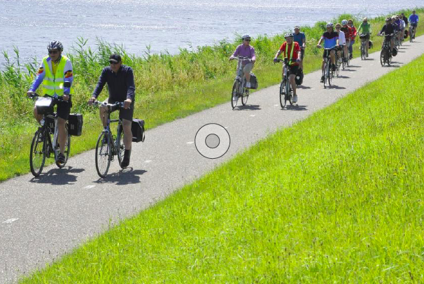 Almere, een bijzondere stad die moderne architectuur combineert met grote bossen, veel water en wel 200 kilometer fietspaden.