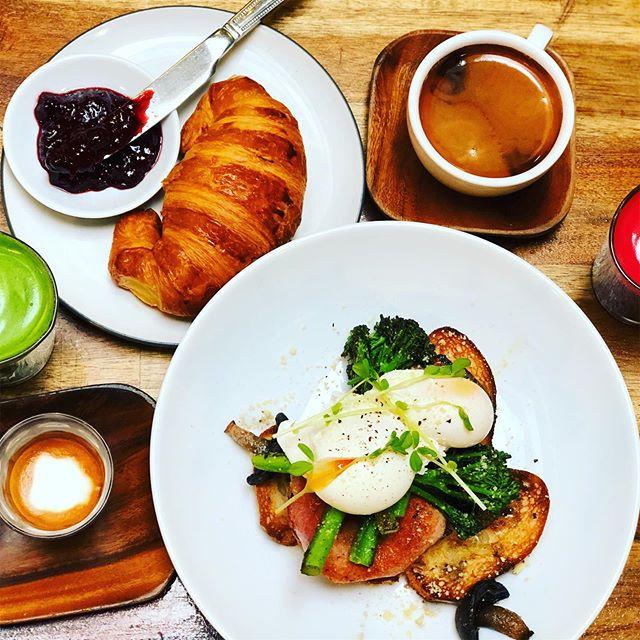 @2.0coffeeco 🥐🥑🥚🍏🍊☕️👌#breakfast #breakfastclub #breakky #food #foodporn #sydneycafes #cafe #darlinghurstcafe #sydney #sydneycafe #coffee #coffeeshop #winterfood #croissant #juice #longblack #macchiato #darlinghurst #morning #sydneyfoodblogger #sydneyeats #sydneycoffee