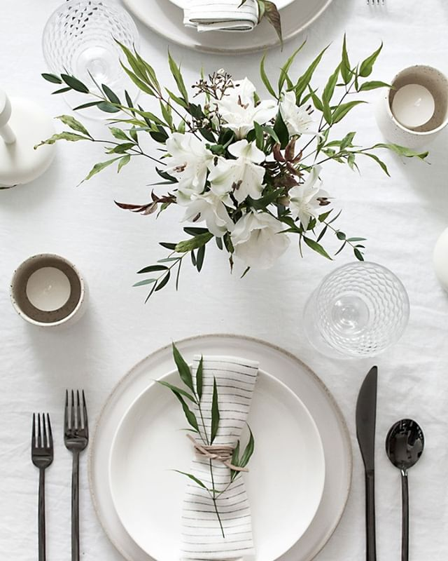 Is it too early to be thinking about holiday table ideas? 🤔 really feeling this one by @homeyohmy