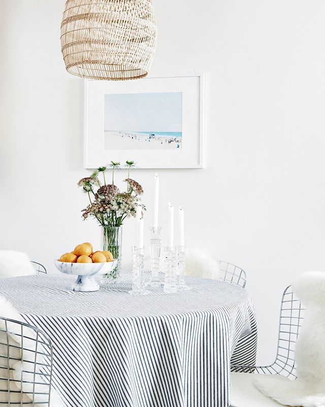 Little coastal dining nook moment for you. Truth be told, I wish I had used gray and not white taper candles here but, hey 📷 @jennapeffley⠀⠀⠀⠀⠀⠀⠀⠀⠀ ⠀⠀⠀⠀⠀⠀⠀⠀⠀ #interiordesign #santamonicadesigner #beachhouse