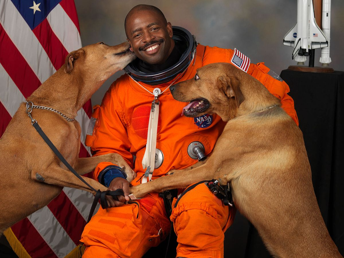 NASA-astronaut-Leland-D-Melvin-with-his-dogs-Jake-and-Scout-thumb-560x448.jpg