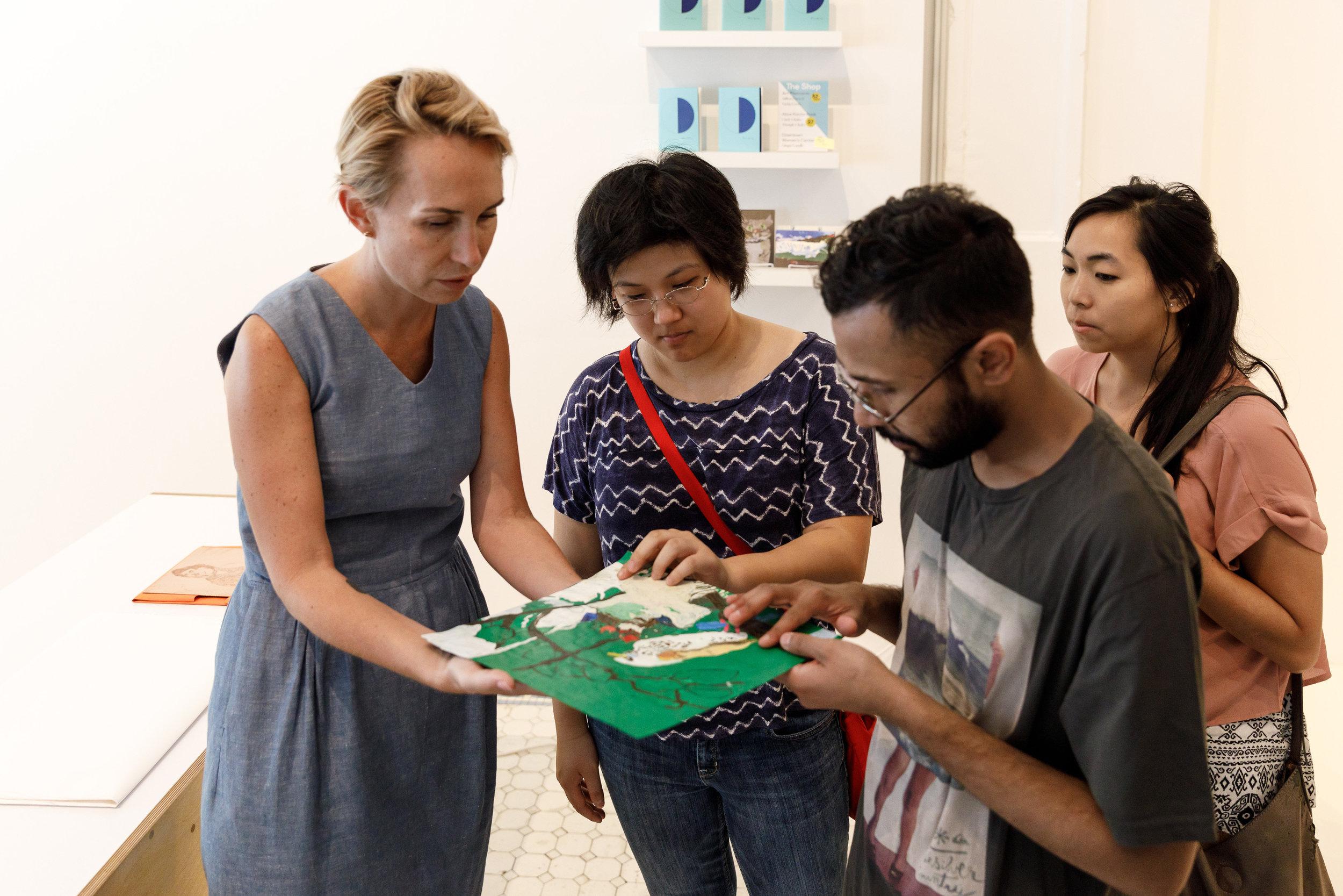 Discussing accessible exhibition design during a visit with ArtCenter students  // Discusión sobre el diseño de exposición accesible durante una visita con estudiantes de ArtCenter; photo // foto: Juan Posada.