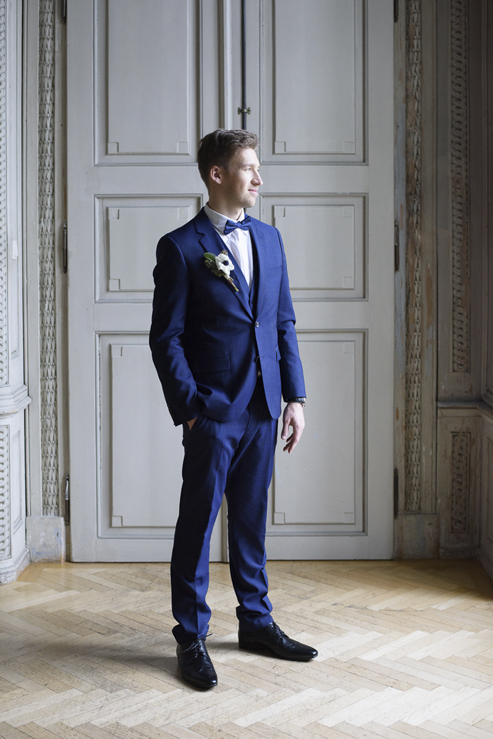 Groom getting ready wedding inspiration at Schloss Laudon Vienna Austria by Barbara Wenz Photography