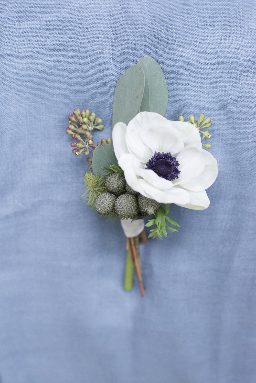 Groom anemone boutonniere wedding inspiration at Schloss Laudon Vienna Austria by Barbara Wenz Photography