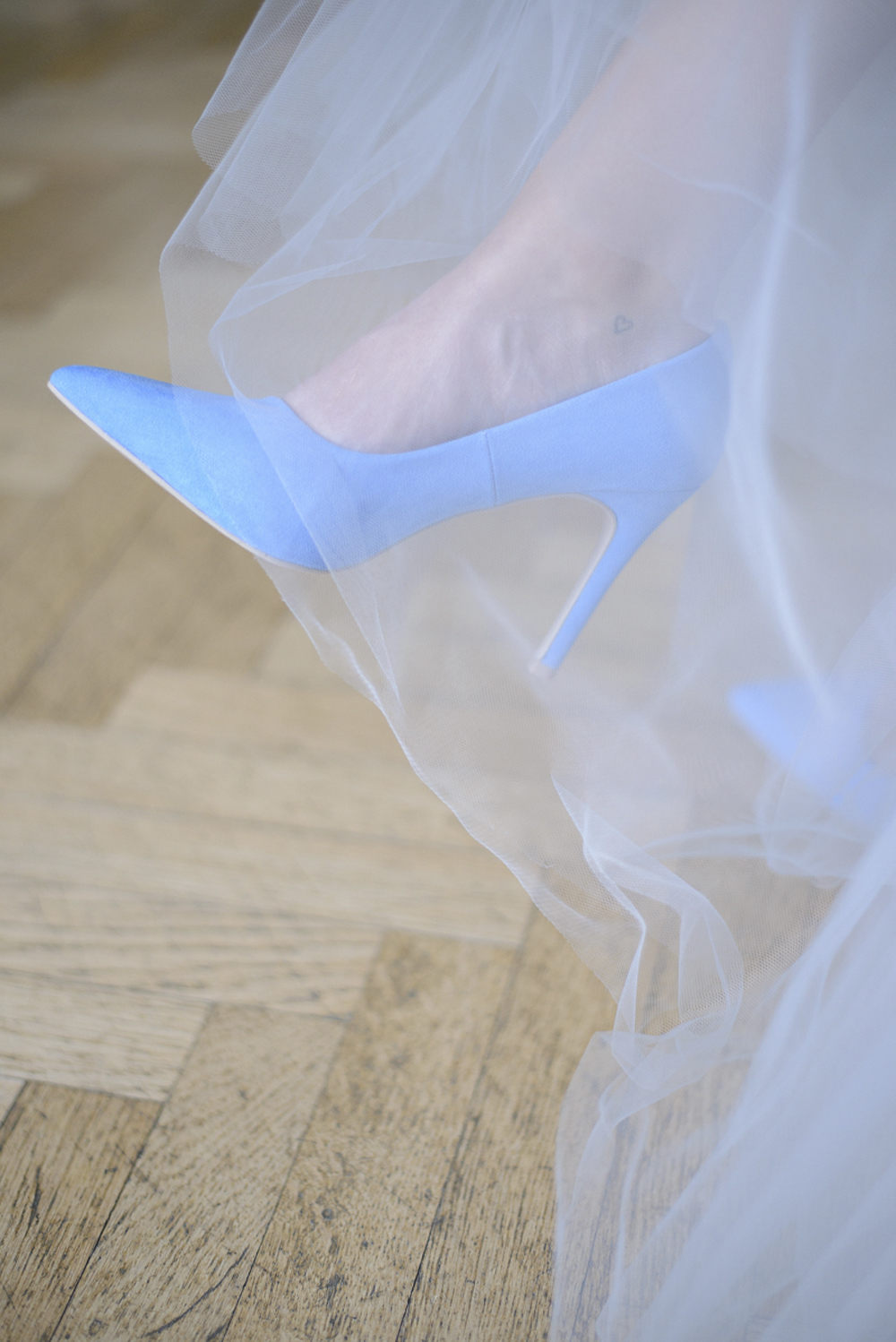 Blue suede shoes wedding inspiration at Schloss Laudon Vienna Austria by Barbara Wenz Photography