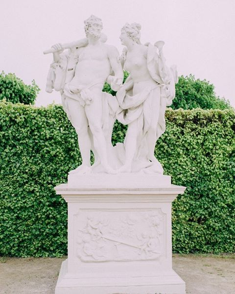 We do love atmosphere pictures 💖 This one comes from @belvederemuseum shot by @ladiesandlord 💝 Link in bio to the whole engagement story 😉 #belvederepalace #belvedere #love #vienna #austria #wien #verlobung #engagementshoot #preweddingshoot #statue #beautyeverywhere #weddinginspiration #getinspired #viennesepalace #austriancastle #blog #beauty #lovecelebration #atmosphere #travelling #travelblog #landscapes #österreich #igersvienna #igersaustria #sayyesinvienna #sayyesinaustria