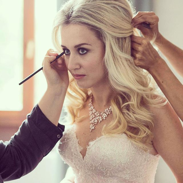 Getting dolled-up or should I see princess-upped 🌸👄💅🏻💍#polishgirl #weddinghair #weddingphotography #weddingdress #weddingmakeup #makeup #hair #bride #wedding #warsaw #warszawa #ślub #pannamloda #love #groom #lublin #singapore #asiasaidyes #vosego #stylemepretty