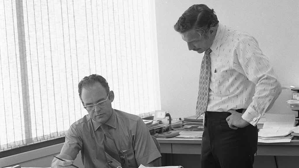 Gordon_Moore_with_Robert_Noyce_at_Intel_in_1970.jpg