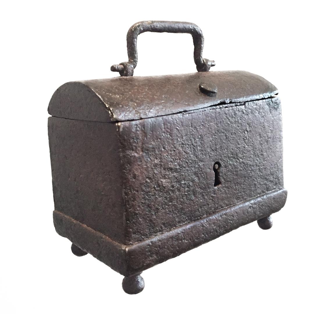 teremok_antiques_domed_casket1.jpg